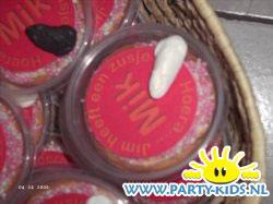 plastic bakjes als beschuit met muisjes