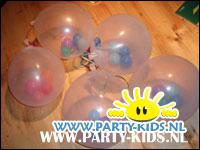transparante ballon gevuld met kleine ballonnen