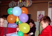 Ballon gevuld met snoep aan een stok