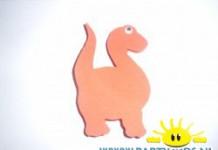 dinosaurus van rubber met wasknijpers