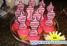 geboorte flesjes op roze koek